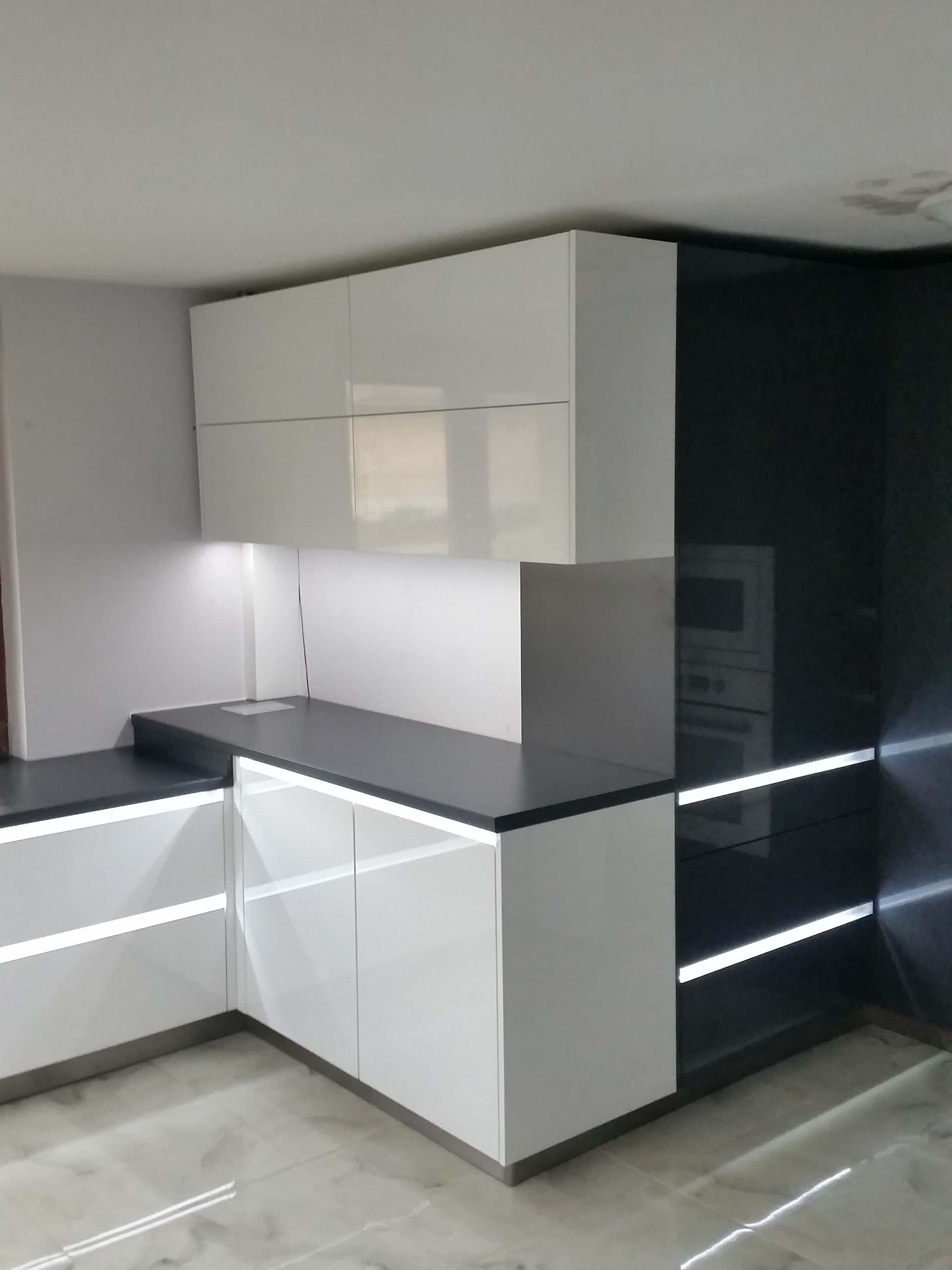 moderné čierne, moderné biele kuchynské linky na mieru Trenčín