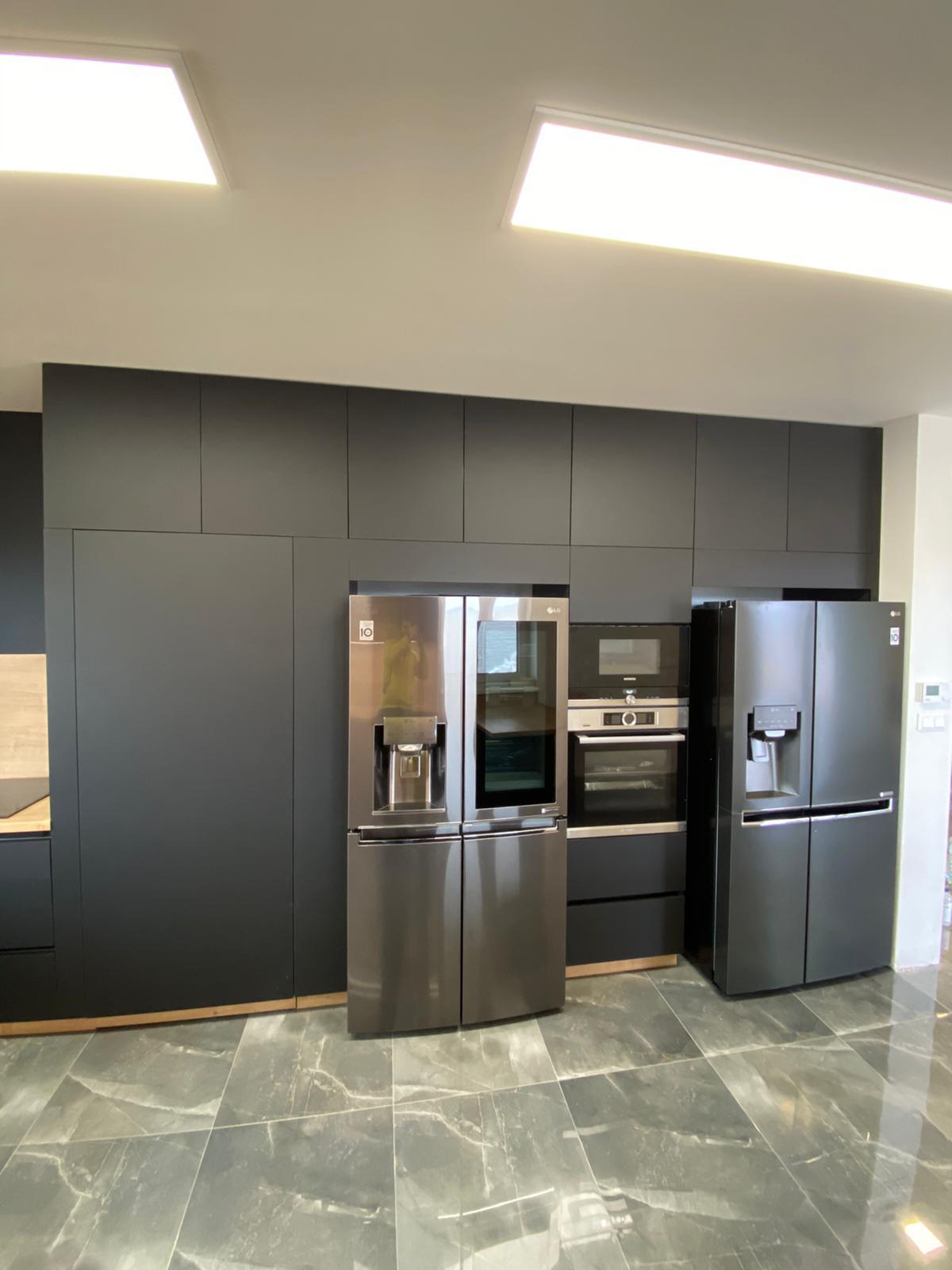 veľká čierna kuchyňa